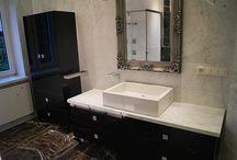 Łazienka. Marmur Carrara i Portoro / Klasyczny włoski marmur, często wykorzystywany w wystroju łazienek i nie tylko...Krawędzie wykończone dużą fazą.