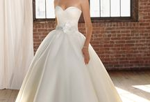 Gowns Under $1000 / Reorderable gowns under $1000 in stock at Dress Gallery