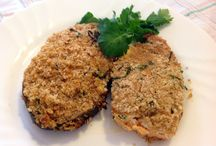 Medaglioni di salmone in crosta / su un filetto di salmone da 130 gr spalmare 50 gr di ricotta. Miscelare il pane grattugiato con 2 cucchiai di parmigiano, erba cipollina, prezzemolo, sale, pepe, la buccia di un limone grattugiato e un pò di olio. Mettere sul salmone, in forno a 200 gradi per 20 minuti ( sino a doratura )