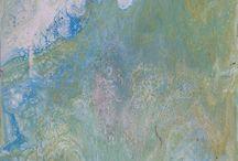 Natuurgeweld Experiment / Verdunde acrylverf mengen met gelijke hoeveelheid witte kinderlijm, druppel(s) witte olie (bijvoorbeeld zonnebrand melk).  Met de toevoeging siliconenspray (1 tot 2 spuitjes per mengbeker) ontstaat er een reactie in  het verfmengsel (marmer tot bubbel-effect).  Ook mogelijk: Floetrol met acrylverf.  Meerdere bekertjes kleur aanmaken. Dan in 1 beker de mengsels erin samendoen. Hooguit 1 tot 2 keer een streep erdoorheen trekken. Tussentijds wat siliconenspray voor extra effecten.  Op werkvlak gieten en laten vloeien.