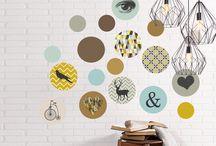 Wandsticker-Sets / Mit unseren farbenfrohen Wandstickern verwandeln sie jedes Zimmer in eine angesagte Galerie des guten Geschmacks : Von der Küche, über das Kinderzimmer bis hin zum Wohnzimmer.  Das 18-teilige Wandsticker-Set begeistert mit runden, frischen Elementen, die liebevoll mit individuell ausgesuchten angesagten Motiven und Sprüchen verziert sind. Muster, Symbole oder Tiermotive ergeben einen stilvollen Wechsel und ein schönes Ensemble für die Wand Ihrer Wahl.