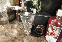 """Absinthe Rouge par la Distillerie Awen Nature / L'Absinthe Rouge tient son goût d'une combinaison de 9 plantes distillées et d'une plante secrète qui lui confère une couleur rouge rubis. Ce bouquet d'arômes permet également de la sucrer naturellement et d'en faire ressortir la saveur de l'angélique.  Cette boisson est créée et distillée exactement de la même façon que les absinthes réalisées avant l'interdiction de 1915.  Distillerie d'absinthe Awen Nature à Rennes  """"Bretagne"""""""