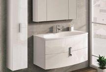 Round / Harmonia i komfort - Roud to kolekcja mebli łazienkowych charakteryzująca się zaokrąglonym, gładkim designem oraz szczególnie wysokim komfortem użytkowania. Głębokie szuflady wykończone są specjalną strukturą odporną na zarysowania oraz wyposażone są w system cichego-miękkiego domyku, który zapobiega mocnemu trzaskaniu podczas zamykania. Chromowane uchwyty idealnie wkomponowują się w design szuflady tworząc otwarty, lekki styl.