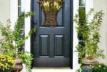 Thanksgiving Window & Door Decor / Find creative ideas for Thanksgiving decorations for your windows and doors. #fallwindows #thanksgivingdecor