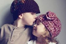 Что такое любовь / Маленькая девочка спросила у своего брата: -Что такое любовь? Он ответил: -Это когда ты каждый день воруешь у меня из портфеля шоколад,а я  продолжаю класть его в одно и то же место...