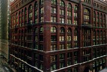 Arquitectura Escuela de Chicago / El Edificio David Barcelona fue diseñado a partir de los principios arquitectónicos de la Escuela de Chicago de finales de sXIX. Edificios industriales, dentro de las ciudades y cuyo interior tenía que ser muy funcional para albergar industrias de aquel entonces.