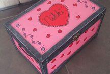 Zelf gemaakt / van een oude kist gemaakt zelf geschilderd om haar verkleedkleren in te doen.