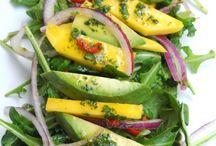 Ensalada de mango, aguacate y rúcula