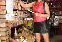Look mini saia preta e blusa de couro vermelha / Muito conforto e estilo com peças de couro