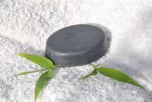 Savons à froid artisanal bio et naturels Bellecomme / Savon à froid, l'allié de votre peau ! Savon à froid surgras protège la santé de votre peau, aide à rétablir et à maintenir l'équilibre de votre peau, parfait pour les peaux à problème. Mousse agréable et onctueuse. 30% de beurre de karité bio, 30% d'huile d'olive extra-vierge bio. Naturel, biologique, fabriqué par petit lot, à la main, parfumé aux huiles essentielles pures. SANS produits de synthèse, Economique : ~50 douches pour un savon de 100gr.