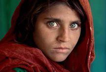 Steve McCurry (1950, USA) / Passo un sacco di tempo a guardare facce e facce e le facce sembrano raccontarmi una storia. Quando su un volto è scavata qualcosa dell'esperienza di vita, so che la foto che sto scattando rappresenta molto di più del semplice momento. So che qui c'è una storia.