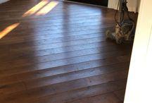Renovatie houten vloer / Beleef je nog veel plezier van de houten vloer maar kan deze wel een goede onderhoudsbeurt gebruiken? Laat de vloer dan schuren, oliën/lakken en eventueel voorzien van nieuwe plinten.