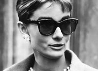Wayfarer - der Klassiker! / Die Ikone unter den Brillenformen ist sicherlich die Wayfarer! Die Filmbranche hat der Trapezform zum Durchbruch verholfen. Von Audrey Hepburn bis zu Emma Watson – die angesagte Form zierte schon viele berühmte Nasen. Aber steht sie auch euch? Die Trapezform streckt optisch und ist daher perfekt bei runden und ovalen Gesichtsformen, die einen harten Kontrast brauchen. Falls ihr euch angesprochen fühlt, findet ihr bei uns eine große Auswahl an Wayfarer-Brillen in verschiedenen Farben und Prints!