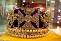 Kronen / Schöne Kronen zeigen den Reichtum der Vergangenheit