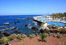 Tenerife / Największa z archipelagu Wysp Kanaryjskich, leży tylko 300 km od wybrzeży Afryki. Niesłychanie zróżnicowana krajobrazowo i klimatycznie, ma dwie wyraźnie różne części, które oddziela pasmo gór: cieplejsze, bardziej słoneczne południe z piaszczystymi plażami i chłodniejszą północ z bujną tropikalną roślinnością, uprawami bananów i naturalnymi plażami z czarnym i szarym piaskiem.