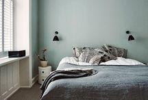 Repenser le pied de son lit / Pas besoin de se prendre la tête pour repenser sa chambre, on s'attaque au pied de son lit ! Mini bibliothèque, sofa, rangement, quelques idées dont s'inspirer !