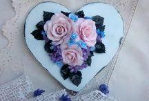 Интерьерные украшения / Интерьерные украшения в стиле шебби-шик! Сердечки и венки с розочками ручной работы. Все цветы и листики я леплю вручную из полимерной глины. Отличные решения для создания уютного интерьера и романтичной амосферы!