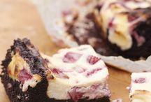 Brownies | Blondies | Bars / Wer kann schon einem saftigen Brownie widerstehen? Von Double Chocolate über Espresso bis hin zu Cheesecake-Brownies, yummy! Oder ihre blonden Verwandten, köstliche Blondies mit weißer Schokolade und Macadamias. Oder leckere Bars - auf kleinen Blechen gebackene Kuchenriegel, mal mit Cheesecake-Creme, mal mit Zitrone oder Karamell oder direkt als Millionaires Shortbread!