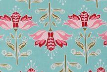 Colección LIS AGM / La colección LIS AGM es un tejido con el fondo verde con un estampado floral en tonos rosas. Su composición es 100% algodón y tiene un excelente comportamiento al lavado.