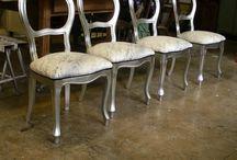 """Restauro Sedie in foglia d'Argento / I piedi di queste belle sedie in foglia d'argento erano state """"smangiucchiate"""" dal pet di casa. Abbiamo ripristinato le parti erose delle gambe e le abbiamo sistemate completamente rifacendo l'argentatura a foglia."""