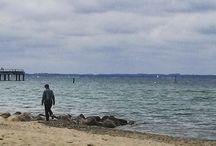 """Mein #ÜberWasser: Wellen / Zu den für Maler wie Photographen reizvollsten Erscheinungsformen des Wassers gehören die Wellen des Meeres, bevorzugt in Küstennähe.   Hier pinnen wir die Photos von allen Kunst-, Photographie- oder Wasser-Interessierten, die bei unserer Mein #ÜberWasser-Aktion mitmachen und – inspiriert von unserer """"Über Wasser""""-Ausstellung – """"Wellen"""" zu ihrem Motiv gemacht haben!   http://www.buceriuskunstforum.de/mein-ueber-wasser/ https://www.youtube.com/watch?v=CcKaJNORfOg"""