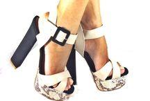 Sandália Sra. Braz cobra print / Sandalia meia pata com tiras na cor creme e salto azul marinho super fashion, material sintético e salto de veludo 14cm e pata com 4cm.