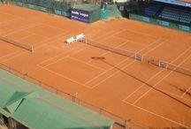 Tennis Courts / Κατά γενική ομολογία πρόκειται για τα καλύτερα χωμάτινα γήπεδα που υπάρχουν αυτή τη στιγμή στην ελληνική επικράτεια και από τα καλύτερα της Ευρώπης σε επίπεδο Ομίλων.