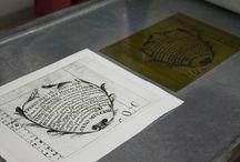 2014 - Workshop di stampa d'arte / Workshop di stampa d'arte ideato e condotto dalla professoressa Alessandra Angelini, docente di grafica d'arte dell'Accademia di Belle Arti di Brera. Durante il workshop carugatesi e studenti dell'Accademia hanno lavorato insieme per realizzare un'opera d'arte partecipata. E' stata utilizzata una tecnica di stampa sperimentale basata sull'inchiostrazione di matrici fotopolimeriche.