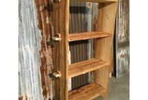 Old Wood by Old inn / Dit is hout met een verleden en dus een verhaal. De planken hebben jaren lang een beschutting gevormd zoals overkappingen, afscheidingen, woonhuizen, schuren, etc...De weersinvloeden hebben door de jaren heen hun sporen achtergelaten waardoor het hout zo karakteristiek is verweerd en dus de items uniek maakt.