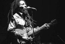 La música es una revelación mayor que toda la sabiduría y la filosofia / Reggae  Este estilo se origina en los años 60' cuando el Rocksteady ya se había hecho popular. Tomando a éste como base y sumándole el Rhythm & Blues, Ska, Calipso y la música tradicional africana, se conformó este género musical.  El reggae se caracteriza rítmicamente por un tipo de acentuación del off-beat, conocida como skank. Normalmente, el tiempo del reggae es más lento que el del ska y el rocksteady.