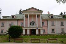 """Iwonicz Zdrój - Stary Pałac / Stary pałac w Iwoniczu Zdroju nazywany dawniej """"Modrzewiowym pałacem"""" jest najstarszym zabytkowym obiektem w mieście. Obiekt ten służył jako letni pałac hrabiostwa Załuskich. Stary Pałac wzniesiony został w 1837 roku wg projektu prof. Amelii z Ogińskich Załuskiej współzałożycielki uzdrowiska Iwonicz-Zdrój. Obecnie w obiekcie mieści się siedziba Zarządu Uzdrowiska Iwonicz S.A."""