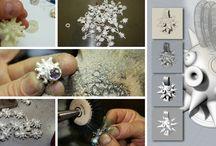 Artigianalità e Innovazione / Dal primo Anello girevole al gioiello che s'illumina al buio, artigianalità e innovazione si fondono per dar vita a creazioni uniche di alta gioielleria.