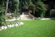 PROJEKTOWANIE OGRODÓW PSZCZYNA / Grupa Gardenplanet miała przyjemność zaprojektować i wykonać ogród dla właścicieli przepięknego domu zlokalizowanego w Pszczynie. W ogrodzie wykonano z kamienia chorwackiego podjazdy, ścieżki, olbrzymie schody oraz urokliwy domek wyposażony w piec chlebowy oraz tradycyjną kuchnię na drewno. Dodatkowo w ogrodzie a raczej nieco nad nim wykonano drewniany, przepiękny domek na drzewie, który miał służyć jako plac zabaw dla wnuków właścicieli posesji.