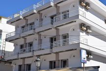 Ξενοδοχείο Έυα Παραλία Κατερίνης Πιερία / Μόλις 140μ. από την αμμουδιά της Παραλίας Κατερίνης, το Ξενοδοχείο Έυα προσφέρει δωμάτια με δυνατότητα προετοιμασίας γευμάτων. Υπάρχει καφέ-μπαρ στις εγκαταστάσεις και το Wi-Fi είναι δωρεάν στους κοινόχρηστους χώρους του ξενοδοχείου.Τα δωμάτια διαθέτουν απλή επίπλωση από ανοιχτόχρωμο ξύλο και δάπεδο με πλακάκια. Όλα είναι εξοπλισμένα με κλιματισμό και τηλεόραση.