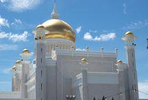Reisinspiratie Brunei - bijzondere belevenis / Het sultanaat Brunei, gelegen op het eiland Borneo, staat bekend om zijn vele rijkdommen. Die rijkdom is te herkennen aan de vele indrukwekkende moskeeën en paleizen met gouden koepels.