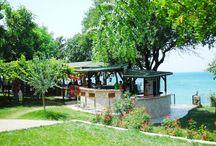 """Troas Beach Hotel / Troas Beach hotel Çanakkale bölgesindeki kültürel, tarihsel ve doğal güzellikleri bir arada yaşayacağınız,denizin ve zeytin ağaçlarının birleştiği,tarihte pek çok medeniyete tanıklık etmiş,troia,alexandreia troas,apollon smintheus,babakale,ida dağı,Assos,ve Bozcaada""""nın tam ortasında tertemiz havasıyla denizin ve güneşin tadını çıkarabileceğiniz her türlü imkanı sağlayan  en ideal tatil mekanı."""