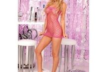 """Pink Lipstick / A Pink Lipstick """"Party wear"""" kollekció egészen újszerű módon definiálja a partikon vagy klubokban hordható ruházatot. Legtöbbjük nagyon szexi és kihívó, hálós, csillogós, fényes vagy necc anyagokból készültek."""