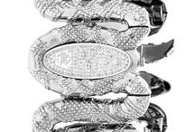 Roberto Cavalli [Time Wear] / Rigorosamente SWISS MADE. Gli orologi Roberto Cavalli rappresentano l'alto di gamma degli orologi del noto stilista toscano ed insieme alla linea Just Cavalli - destinata ad un pubblico più giovane - sono prodotti di alta qualità e precisione capaci di dettare nuove tendenze.