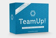 TeamUp! / Wir alle kennen diese Situation: im Team rutscht jeder immer wieder in seine typische Rolle. Die Eine prescht ständig vor, der Andere ist meist viel zu zurückhaltend und der Nächste hat ewig etwas zu kritisieren. … wäre es da nicht schön, wenn man einfach in eine andere Rolle schlüpfen könnte?