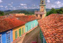 ⋐ Trinidad - Cuba ⋑ / Fondée en 1514 par Diego Velazquez puis point de départ de la conquête du Mexique, Trinidad, située dans la région de Sancti Spiritus, fait face à la mer des Caraïbes sur la côte sud de Cuba. Véritable ville-musée, elle fut d'abord classée par le gouvernement cubain Monument National (1965) puis inscrite au Patrimoine Culturel de l'Humanité par l'Unesco (1988). Vestiges d'une époque révolue, son architecture fascine malgré la vétusté des monuments et palaces rencontrés.
