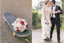 Brautpaarshooting mit einem Skateboard / Spontanes Brautpaarfoto auf einem Skateboard.