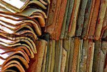 Ciaramìre / Le tegole, in siciliano ciaramìre, sono fatte di una miscela di terra che cuoce nel fuoco vivo. Dopo questo crogiolo sono pronte a sfidare il sole, per proteggere il lavoro svolto nelle saline. La luce che le taglia di traverso riesce solo a fare esaltare gli spessori della loro materia.