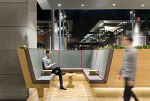 """Área de descanso """"La Maquinista"""" / Hemos creado una prótesis arquitectónica habitable que permite la relajación y el aislamiento parcial mediante la oferta de facilidades y dispositivos tecnológicos. Permitiendo a una audiencia 'mayormente masculina' desconectarse de la rutina de compras para conectarse a realidades virtuales remotas y/o a las vistas sobre el paisajismo urbano que comprende el entorno del C.C. La maquinista."""