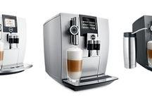 Designerskie ekspresy do kawy w wyjątkowej kolorystyce / Nowoczesny charakter bieli, ponadczasowa elegancja srebra oraz surowy styl Carbonu zainspirowały projektantów marki JURA do stworzenia wyjątkowej linii ekspresów J: J85, J90 i J95. Ekspresy te są połączeniem perfekcyjnego designu, innowacyjnych rozwiązań i najwyższej jakości wykonania, które stanowią znak firmowy szwajcarskiego producenta.