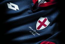 Maglia Celebrativa Genoa / L'8 di maggio del 1898 il Genoa vinceva il primo Scudetto della storia del calcio italiano. Per celebrare quel trionfo storico, nel giorno del 117° anniversario, Lotto Sport Italia ha creato una nuova maglia celebrativa.