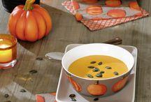 Pumpkin Party & Kürbissuppe / Der Herbst steht vor der Tür und leuchtet uns mit einem fröhlichen Orange an. Die Kombination aus modernem Taupe und farbenprächtigem Kürbisorange lockt uns in die Küche und an den Tisch und vertreibt alle trüben Gedanken! Weitere Neuheiten, Trends und Ideen findet ihr unter www.ihr.eu Folgt uns auch bei Facebook www.facebook.com/IHRliebevolleTischgeschichten