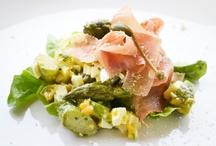 Spargel / Spargel gilt als königliches Gemüse oder auch als essbares Elfenbein – so vielfältig die Vergleiche sind, so groß ist auch die Faszination die Spargel Rezepte immer wieder auf Feinschmecker ausüben. Denn das Gemüse ist nicht nur gesund und schmeckt köstlich, sondern kann auch sehr vielseitig in der Küche verwendet werden.
