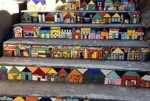 Escalones decorados con casitas de mosaicos