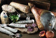 Carne e salumi / Le carni vengono prodotte all'interno della Comunità e stagionate a Botticella. San Patrignano ha ottenuto ottimi risultati anche dall'allevamento di bovini di razza Chianina e di incroci con pregiate razze da carne. Avendo a cuore la biodiversità e la qualità dei prodotti, a San Patrignano gli animali sono allevati con alimenti di origine non OGM, rispettandone i tempi di crescita.