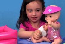 Куклы Беби Бон / Куклы BABY Born почти как настоящие младенцы! Они умеют реагировать на прикосновения, пить из бутылочки, смеяться и плакать, некоторые из них умеют плавать, танцевать, кувыркаться и ходить на горшочек. Интерактивная кукла Беби Бон это великолепный подарок для любой девочки. Этой кукле нужны любовь, внимание, забота ее маленькой мамы. Чтобы играть было еще интереснее, для каждой куклы выпускаются различные аксессуары -- одежда, коляски, мебель, аксессуары для кормления и ухода за малюткой.